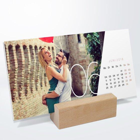 Quer durchs Jahr Tischkalender - 260x120 mm mit edlem Holzfuß - Weiß