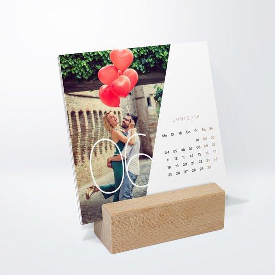 Quer durchs Jahr Tischkalender - 145x145 mm mit edlem Holzfuß - Weiß