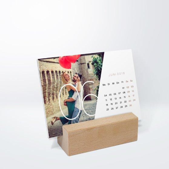 Quer durchs Jahr Tischkalender - 148x105 mm mit edlem Holzfuß - Weiß